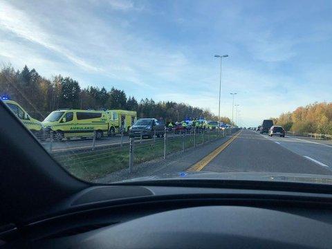 Mandag ettermiddag smalt det mellom to biler på E6 ved Rygge flyplass.