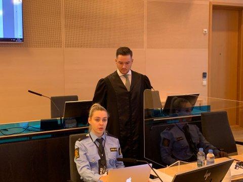 I RETTEN: Aktor Vegard Hermann Tobiassen gikk torsdag morgen gjennom en omfattende tiltale mot den tiltalte tromsømannen (56). Her sammen med politibetjent Iselin Sørensen.