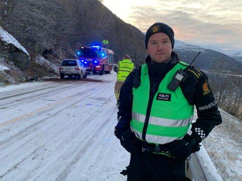 ADVARTE: Fredag morgen advarte politiet i Nordland om glatte veier i fylket. Like etter havnet en bil i fjellveggen på Beisfjordveien. Her er politiets innsatsleder Mats Åmot.