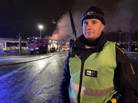 STORBRANN: Det brøt ut brann i en forlatt skolebygning ved Tromstun skole lørdag ettermiddag. Innsatsleder Espen Wang på stedet.