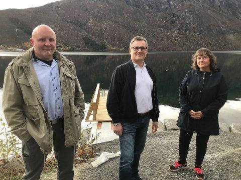 BEKYMRET: Frp-politikerne Dagfinn Olsen (i midten) og Hanne Dyveke Søttar var på snarvisitt i Beisfjord i høst. Vert var Frps gruppeleder i Narvik, Rune Ernst Østergren.