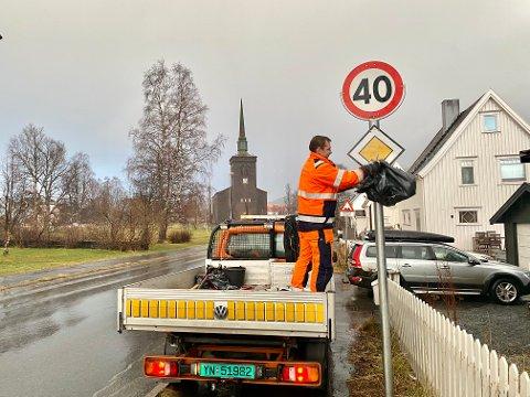 AVDUKING:Thomas Pedersen i veg- og park foretok avduking av de nye skiltene i Kirkegata. Nå er den og flere andre sentrumsgate gjort om til forkjørsvei, med påfølgende vikeplikt fra tilstøtende veier.