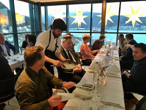 FESTLIG LAG: Regjeringen burde overlate til kommunepolitikere å avgjøre om det kan serveres til maten, mener stortingspolitiker Åsunn Lyngdal.