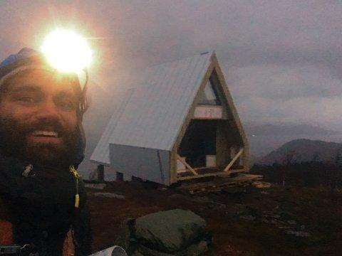 UNIK HYTTE: Høyt til fjells og et godt stykke fra sivilisasjonen bygger Timme Ellingjord (30) ei høyst spesiell og unik hytte i hjembygda Kjeldbotn. Inspirasjon har han hentet fra de enkle fjellhyttene i Alpene, og ønsket er å både ha ei hytte til rekreasjon og drive næringsvirksomhet
