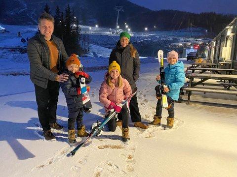 Harald Kuraas i Visit Narvik, Milo, Molly, Andrea og Lykke Fagerli gleder seg til Arctic Kids-festivalen til vinteren.