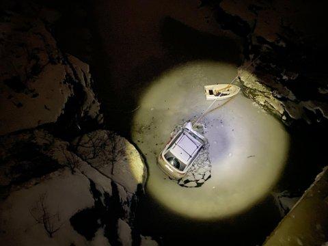 HAVNET HER: Slik ble bilen liggende etter å ha stupt ti meter ned.