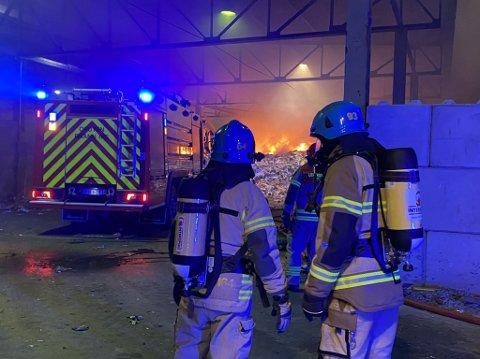 FYR: Det brenner godt i det som skal være plast-restavfall i avfallsanlegget på Djupvik.