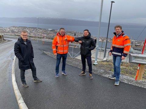 OVERTOK VEI: Nå har Narvik kommune overtatt hovedveien i øvre Skistua fra Narvikfjellet. Her ser vi fra venstre: Ragnar Norum (Forte Narvik), Trond Solberg (Narvik kommune), Jim Ove Johansen (Narvikfjellet) og Terje Ingebrigtsen (Indira).