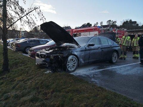 BILBRANN: Bilen parkerte over en fakkel, noe som førte til at den tok fyr.