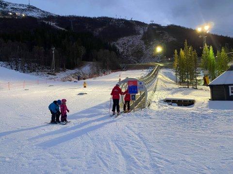 ENDELIG ÅPNING: Narvikfjellet har virkelig slitt i motbakke med mye mildvære i hele høst og vinter. I dag kunne de imidlertid åpne en liten bit av anlegget.  – Vi har skrapet sammen nok kunstsnø til at vi kunne åpne barnebakken og skibandet i dag, sier en glad Jim Ove Johansen i Narvikfjellet.