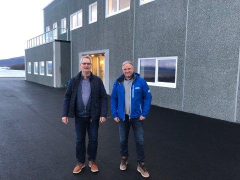 26 MILLIONER: Det nye drifts- og kontorbygget til Ballangen sjøfarm er ferdig, og de første har flyttet inn. Her er Ottar Bakke som startet selskapet og daglig leder Erik Sommerli. De er godt fornøyd med det nye bygget.