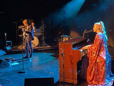 GOD STEMNING: Eva Weel Skram, Thomas Stenersen (gitar) og Konrad Lunde (trommer) skapte skikkelig god stemning i Narvik kulturhus onsdag kveld.