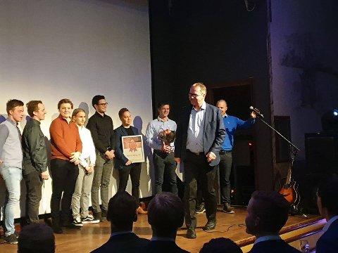 LÆRLINGEBEDRIFT: Narvik Bygg vant prisen for årets opplæringsbedrift. Her med lærlinger som har gjennomført lærlingetiden der og som fremdeles er der.