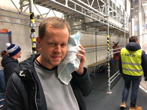 PUCK I ANSIKTET: TV2s kameramann Ole Magnus Storberget fikk en puck i ansiktet, og tar det hele med et smil.