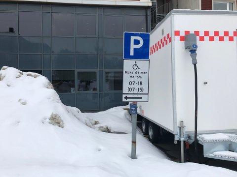 NYE REGLER: Utenfor brannstasjonen er parkeringsplassene nå forbeholdt dem som kan framvise handikapbevis, samt motorsykler.