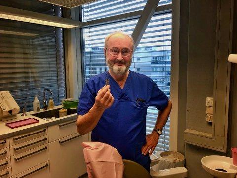 Revolusjonær: Tannlege og spesialist i implantatteknikk, Ulf Persson har hjulpet hundrevis av pasienter til et bedre liv. Ulf introduserte den revolusjonerende, svenske metoden med bruk av titanskruer som blir operert inn i kjevebenet som erstatning for manglende tannrøtter. Potensielle pasienter må ikke la seg skremme. Skruen Ulf viser fram er en oppskalert modell for demonstrasjon og undervisning.