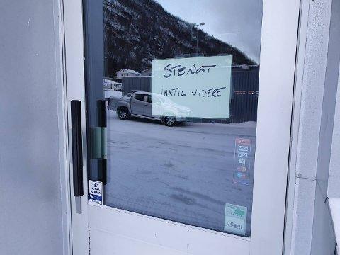 STENGT: Onsdag ettermiddag hang denne lappen på inngangsdøra til Glass i nors lokaler på Fagernes.