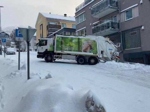 MISTET GREPET: Bilen fra Hålogaland Ressursselskap kom sidelengs ned gata som raskt ble tømt for annen trafikk.