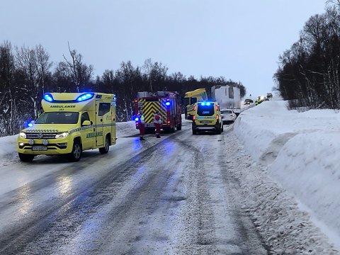 ULYKKESSTEDET: To personer ble sendt til legevakta for en sjekk, ifølge politiet. En kvinne skal være lettere skadet etter ulykken på E6 ved Hamnvikhøgda sør for Bjerkvik.