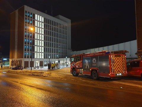 Alle nødetatene rykket ut til Narvik rådhus etter melding om at en person var på taket.