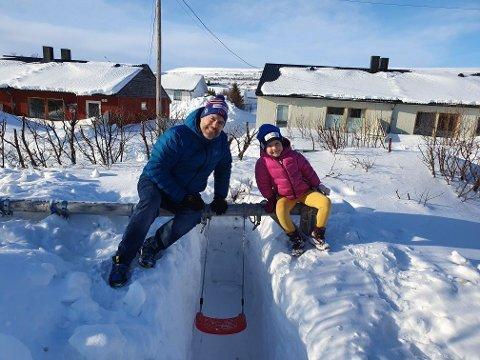 VÅR: – Et sikkert tegn på at våren begynner å nærme seg, er når barna begynner å leke ute i hagen, skriver Leif Arne Bjørkås på Facebook, om dissa han har gravet fram for dattera Tiril (5).