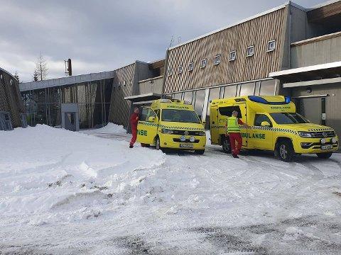 FULL UTRYKNING: Onsdag 18. mars rykket nødetatene ut etter melding om en brann på Skistua skole i Narvik. Politiet har nå en teori om brannårsaken.