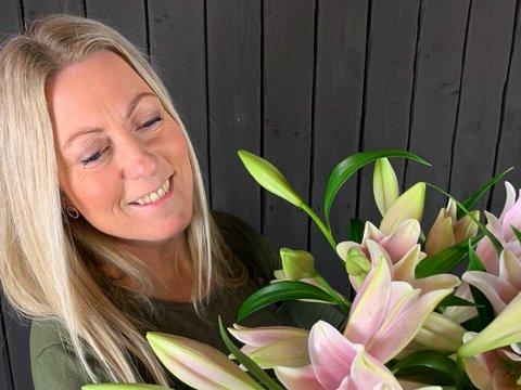 BUTIKKSJEF: Hanne-Marit Strømseth driver så normalt som overhodet mulig på Brugata Blomster.