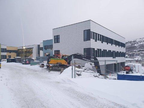 MALES: Lokale Malersentralen står for malingen av Narvik Ungdomskole, og skal stå klart før høsten.