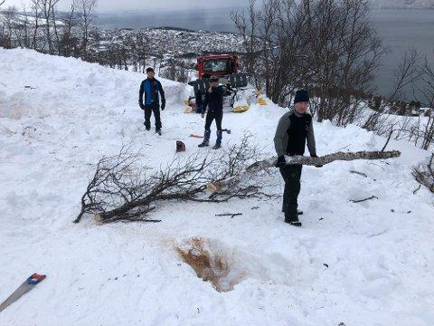 Dugnadsånd: Marius Pedersen, Torbjørn Sneve, og Andreas Jespersen, har sammen med Bjørnar Mikkelborg, jobbet hele helga for å åpne de nye løypene.