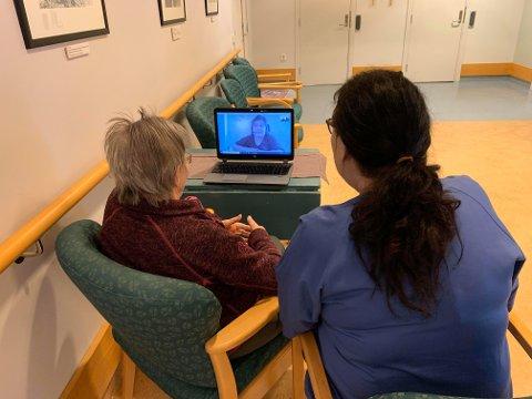 DIGITALT: Nå kan beboere inne på omsorgssenteret i Evenes og familien på utsiden møtes digitalt.