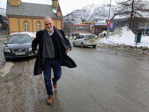 Direktør Hans Petter Kvaal mener alle studenter nå må få et stipend på 13.000 kroner slik at de får hjelp til å betale husleien og utgiftene sine.