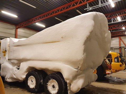 """""""SPOILER"""". Slik så brøytebilen til bengt Ronny Pedersen ut etter en dag ute på brøyteoppdrag fra Gednje brøytestasjon søndag. Volvoen hadde fått en kraftig """"spoiler"""" bak på kassa, nærmest som på en racerbil."""