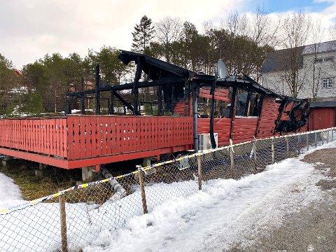I ruiner: Bygget til Kroverten Mat og Grillhus på Drag ble totalskadet i brannen. Politiet har en mistenkt i saken.