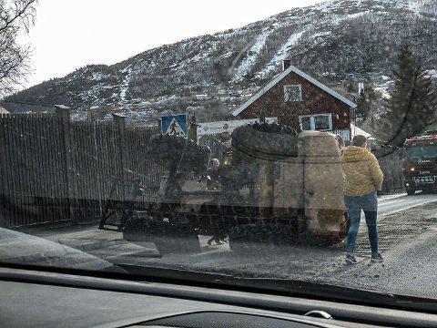 UHELL: Slik så det ut i Taraldsvikbakken like etter klokken åtte mandag morgen. Ingen personer kom til skade i uhellet.