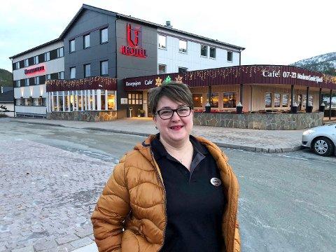 Sliter. Hamarøy Hotell sliter etter å ha tapt store beløp som følge av korona-pandemien. Nå frykter daglig leder for hotellet, Camelia-Simona Aasjord, nye tap hvis hotellet må holde stengt i juli.