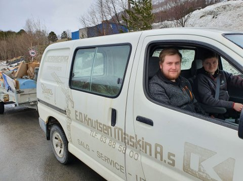 OPPGITTE: Kristoffer Pedersen og Nicholai Karlsen som returnerte med fullastet tilhenger.