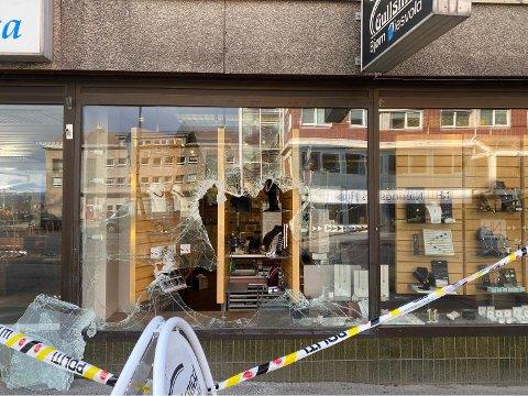 KNUST: Natt til fredag har et butikkvindu i Narvik sentrum blitt knust. Ingenting skal være stjålet.