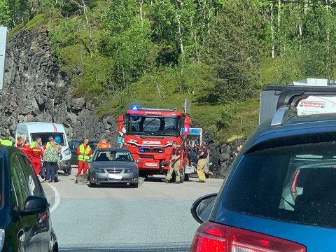 KOLLIDERTE: To biler, en varebil og en personbil, kolliderte ved Skjombrua torsdag ettermiddag, da den ene kjørte i den andre bakfra.