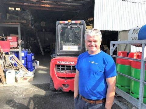 Full gass: Det er travle dager på anlegget til Holmlund oljeservice på Fagernesveien. Grilling går aldri av moten i Nord-Norge, så daglig leder Sven Holmlund lemper og fyller stål- og komposittbeholdere i rekordtempo. Nøkternhet har holdt godt liv i det lille firmaet som leverer på olje, gass og drivstoff til bedrifts- og privatmarkedet i regionen.