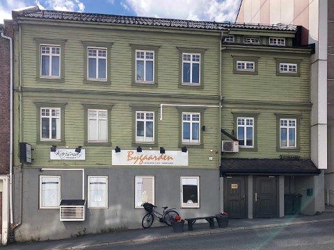 IKKE SOLGT: 15 måneder etter at det ble lagt ut for salg, er fortsatt ikke næringslokalet i første etasje solgt.
