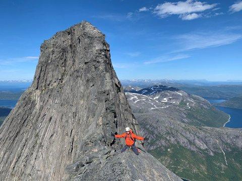 ØKNING: Turister har strømmet til Narvikfjellene denne sommeren. Fjellfører Marius Opdahl Larsen er en av flere guider som har opplevd en jevn strøm av turister som ønsker å bestige Stetind. Mer positivt er det at turistene også har fått øynene opp for andre fjellturer i området, noe som Larsen mener er positivt for reiselivet.