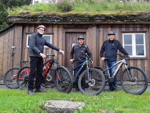 Sakkyndige: De kan sin lokalhistorie, Lars Slettjord, Jon Framnes og Trond Blomlie. Sammen har trioen tråkket halvøya på kryss og tvers på Narvik museums nye elsykler, og laget en sykkelrundtur som gjør et dypdykk i Narviks gamle- og nye historie. Museumsdirektør Jon Framnes er guide på turene som starter opp 1. september og går to dager i uken fram til værgudene sier stopp for i år.