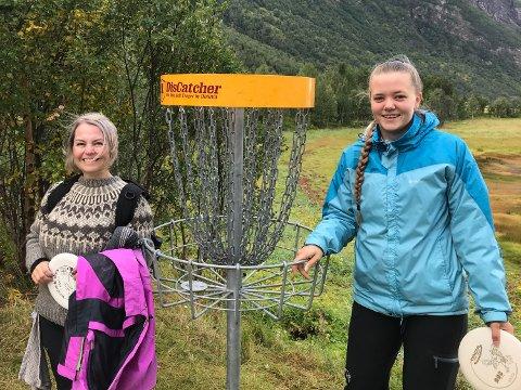 Debutanter: Mamma Gro-Lise Hanssen og datteren Elin Kristiansen (18) er to tøffinger. Og kanskje frisbee-fanget? Uten noen som helst erfaring å skilte med, lot de seg overtale til å delta i helgens diskgolfturnering i Beisfjord. Selv om de selvsagt ikke kunne hevde seg blant de mer erfarne, ga formatet mersmak – ikke minst det sosiale aspektet ved en turnering der fellesskap er vel så viktig som resultat.