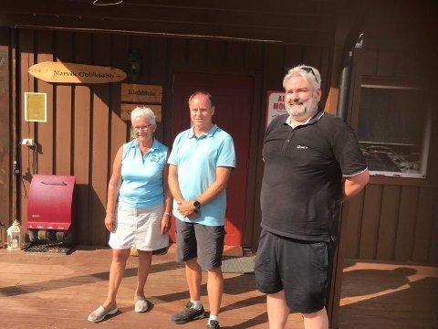 VINNERE: Roger Garfjell, Gerd Julin Pettersen og Kjetil Hestdal fikk æren av å bestemme hvor pengene samlet inn under lørdagens turnering skulle gå.