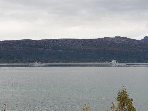 KV «Nordkapp» (til venstre) og KV «Jarl» drev slepeøvelser i Ofotfjorden søndag ettermiddag.