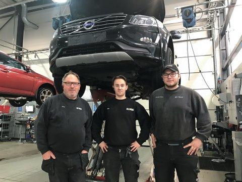 FAGBREV: Faglig leder Steve Abrahamsen, lærling Vegar Svanberg og instruktør Torgeir Jobsen ved Bil i Nord Svolvær AS etter at fagprøven er avlagt og bestått av Vegar.
