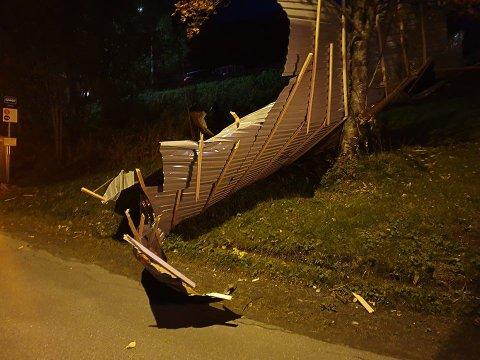 BLÅSTE VEKK: Et blikktak blåste av en garasje på Ankenes og ble liggende i en skråning rett ved bussholdeplassen på Nyborg da uværet herjet. Arkivfoto