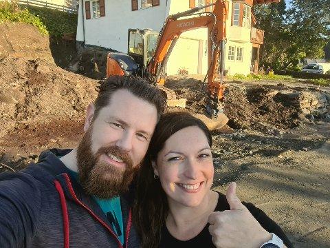 FORNØYDE: Etter flere år med byggesøknad hos kommunen, kunne Stian Martinussen og Mai Kristin Næsje sette tommelen i været da de fikk godkjent søknad.