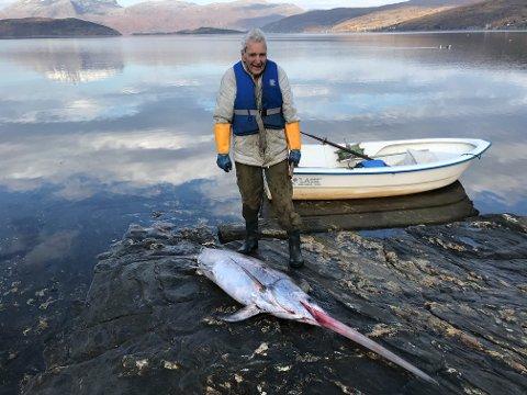 EKSOTISK FISK: 94 år gamle Tore Cruickshank fikk en over to meter lang sverdfisk i sildegarnet.