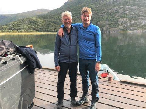 GLEDER SEG: Per og Kjetil Strand på kaia i Rombaksbotn. – Vi har alltid følt oss godt mottatt i Narvik, sier Kjetil der faren Per gjorde første eiendomskjøp i 1990.